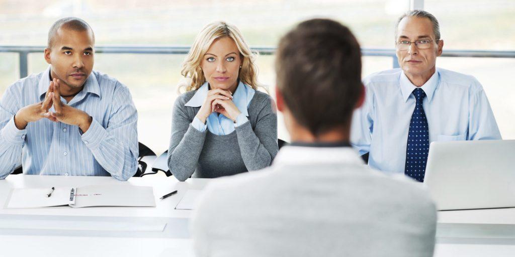dezenas de currículos entrevista de emprego