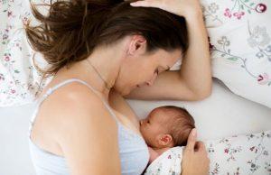 posição deitada de lado melhores posições para amamentar o bebê leite materno posição correta