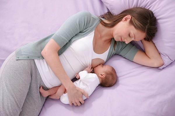 posição deitada de lado melhores posições para amamentar o bebê
